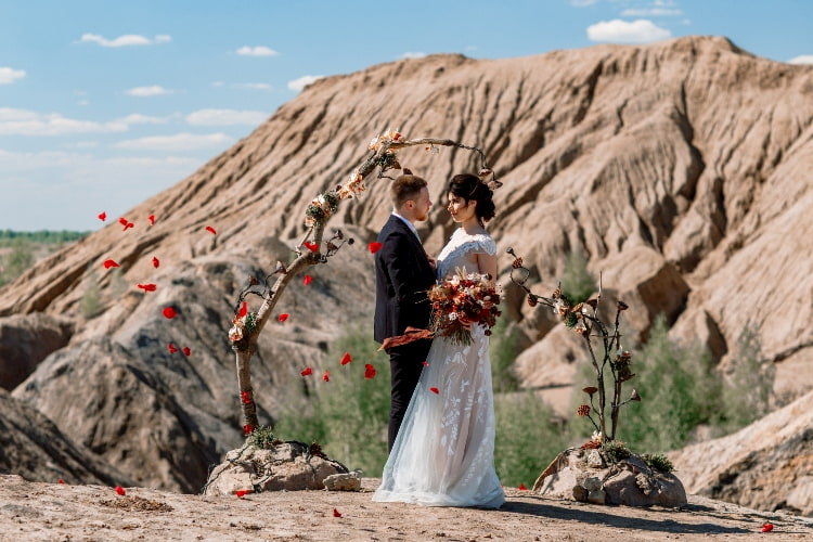 Bride-and-groom-are-posing-in-the-desert