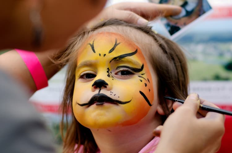 little-girl-getting-her-face-painted
