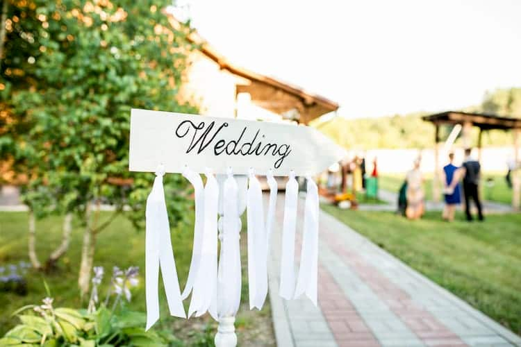 Wedding sign pointing to ceremony