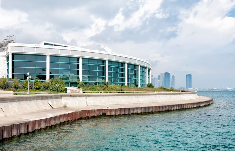 an exterior view of the shedd aquarium in chicago, illinois